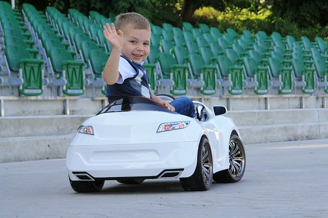dětské auto a chlapec