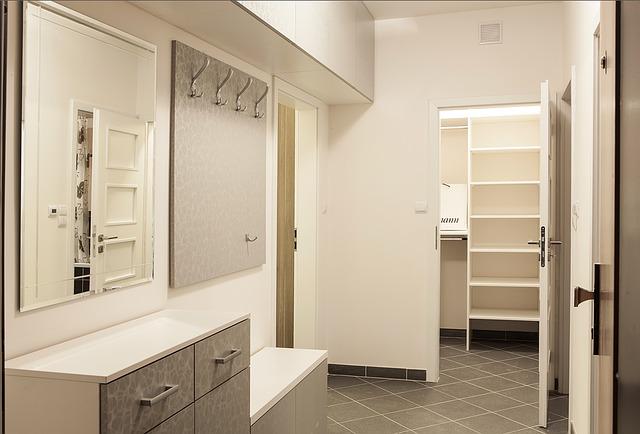 nábytek na chodbě.jpg