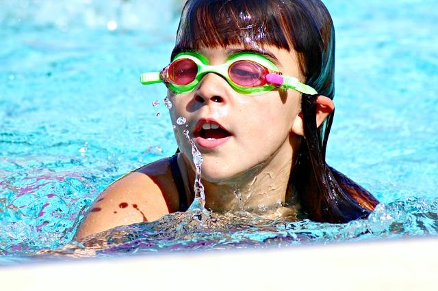 mladá plavkyně