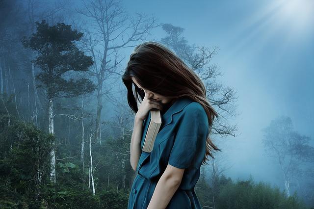 smutná dívka v lese