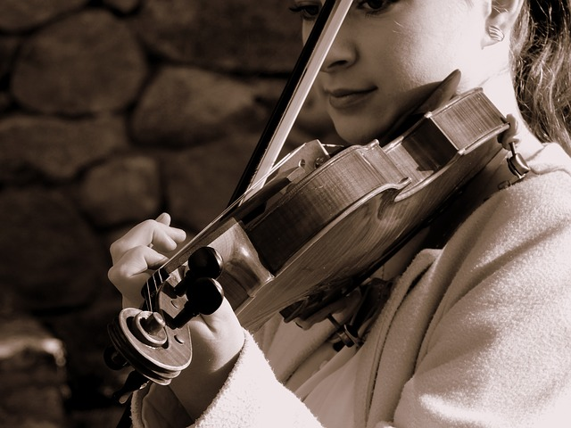žena s houslemi