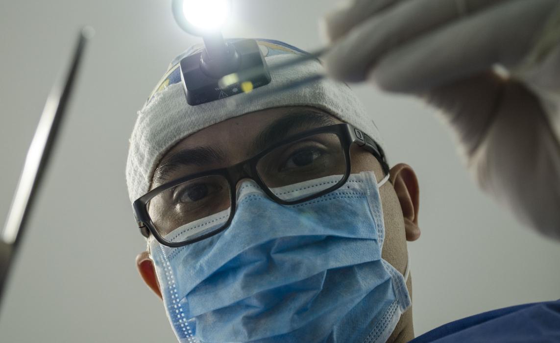 operující zubař